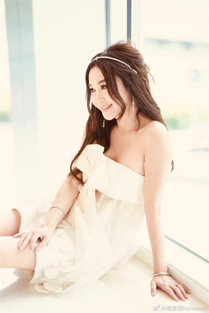 55歲最美妲己披白紗 溫碧霞「凍齡美貌+不科學身材」驚豔全網