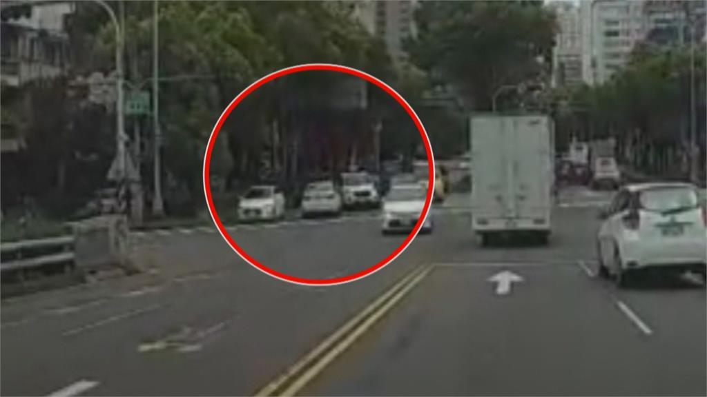 砰!突遭後車大力追撞 女駕駛嚇得驚聲尖叫
