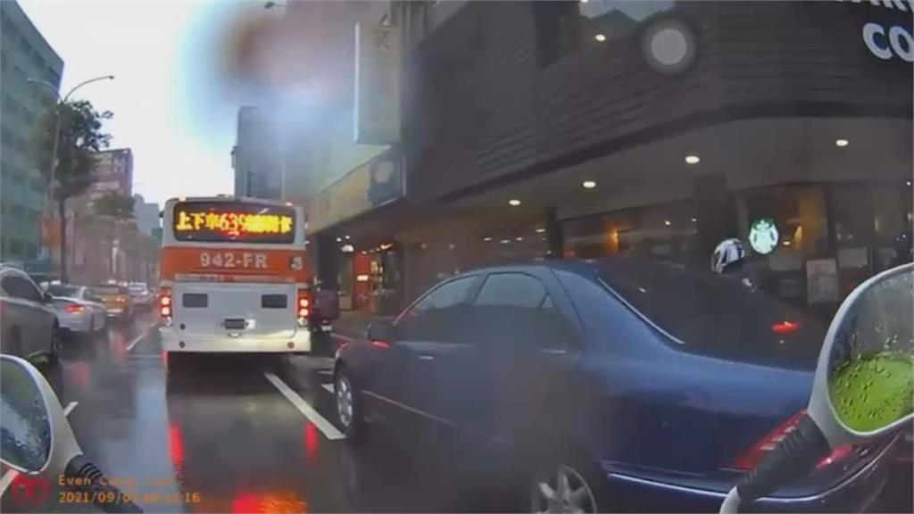 新莊IKEA驚險劇!恍惚男持鐮刀恐嚇追討薪資 警車攔截公車逮捕人