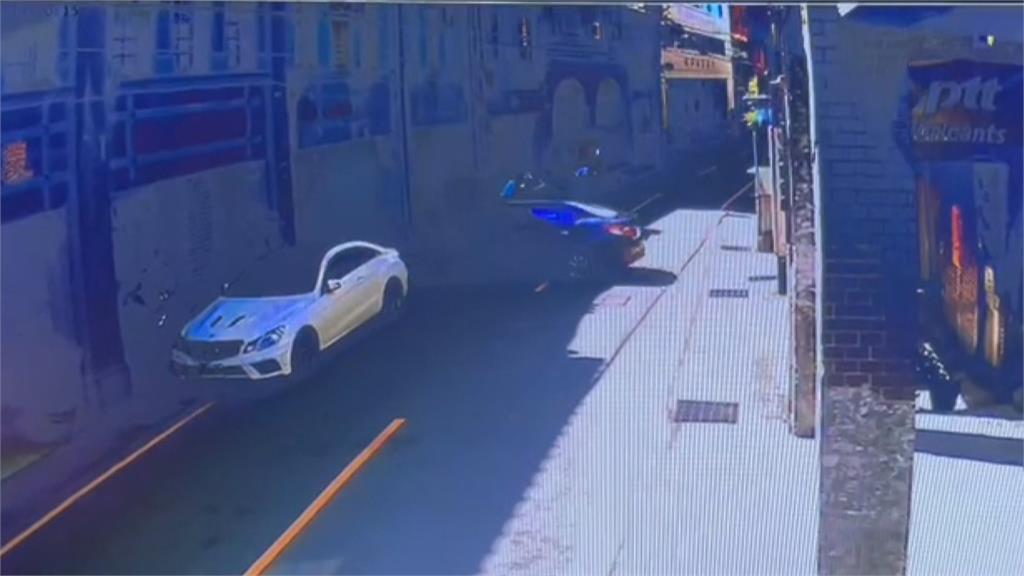 嚇!轎車衝進鄰居車庫 女駕駛「煞車當油門踩」幸無大礙