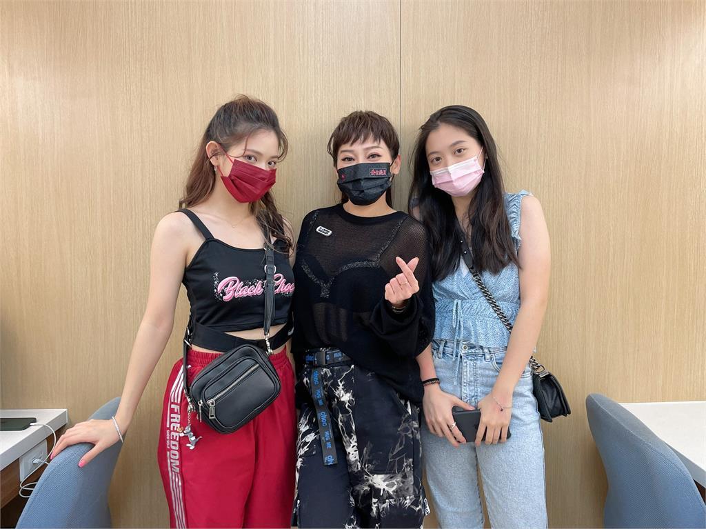 王彩樺的漂亮女兒進棚探班《黃金歲月》! 立刻被導演邀約演出