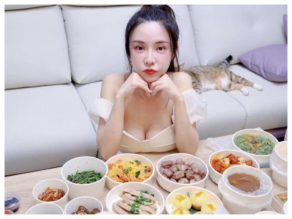 巫苡萱在家吃晚餐超浮誇!小心機「香肩禮服」華麗儀式感100分