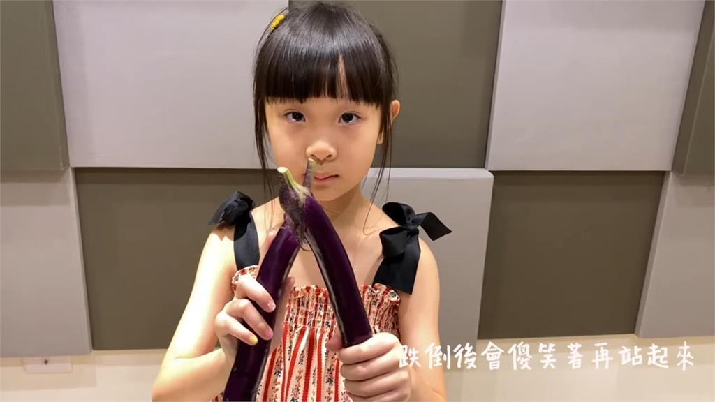6歲女童自彈自唱《熱愛105°C的你》!蔬菜入境拍MV網讚:聽了好幾遍了