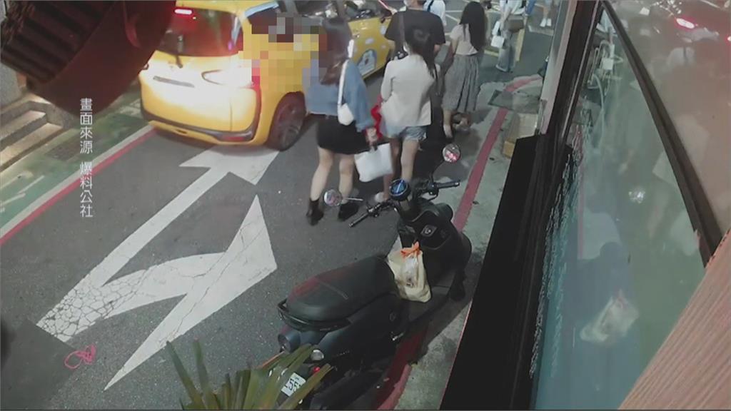 小黃轉彎太貼近...下秒引爆糾紛 行人怒捶車窗嗆司機下車
