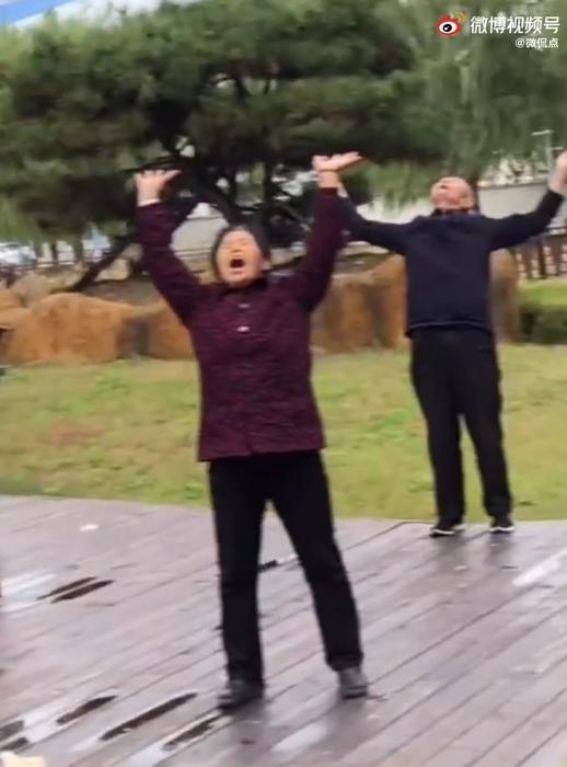 中國大媽公園組團「哈哈笑」!堅信能治療便秘 網譏:大型邪教現場