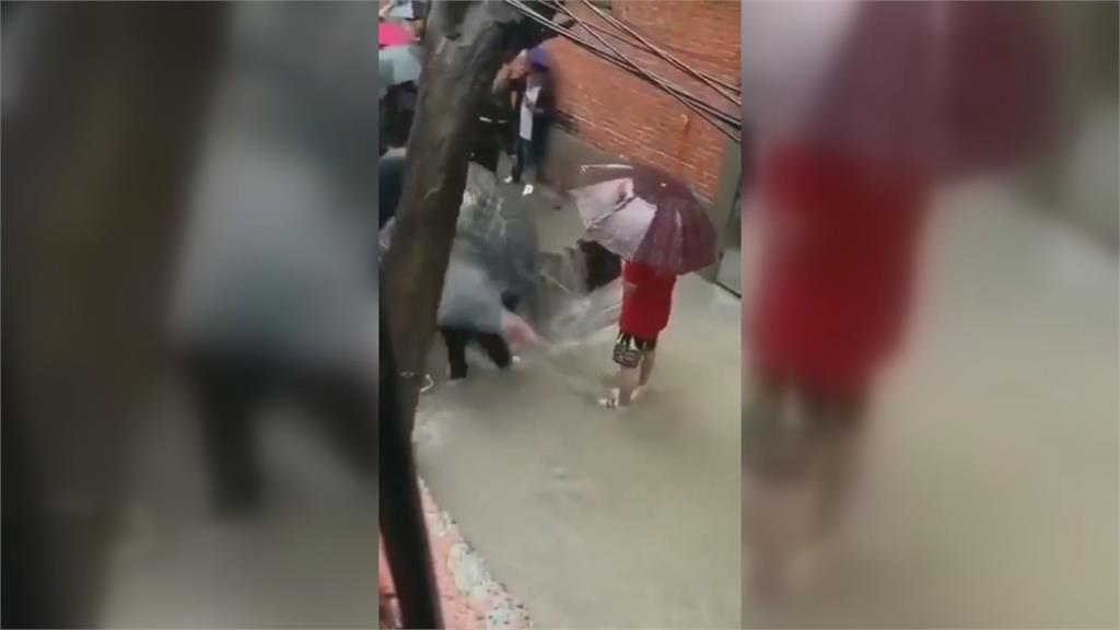 千年一遇極端暴雨!中國鄭州破紀錄「全程泡水」 女子一度滅頂沖落水坑