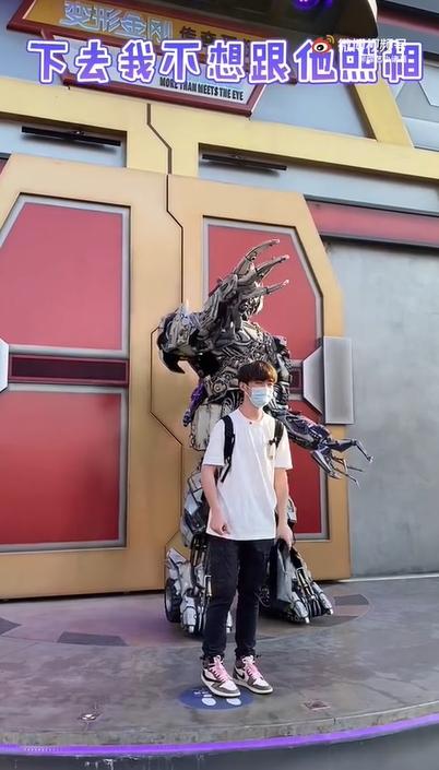 被北京環球影城遊客「比中指」 密卡登爆氣拒合照:骯髒的人類