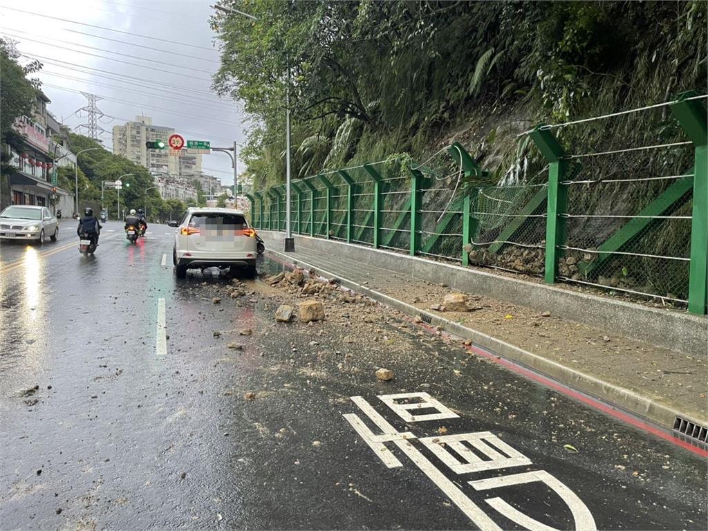 快新聞/康寧街旁山壁落石掉落砸中車輛 所幸無大概 外側車道暫封閉