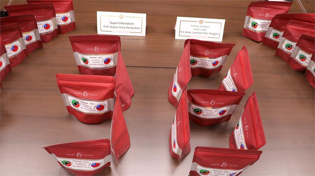 快新聞/感謝北榮醫護守護健康 克國哈菁絲大使致贈138盒手工傳統糕點