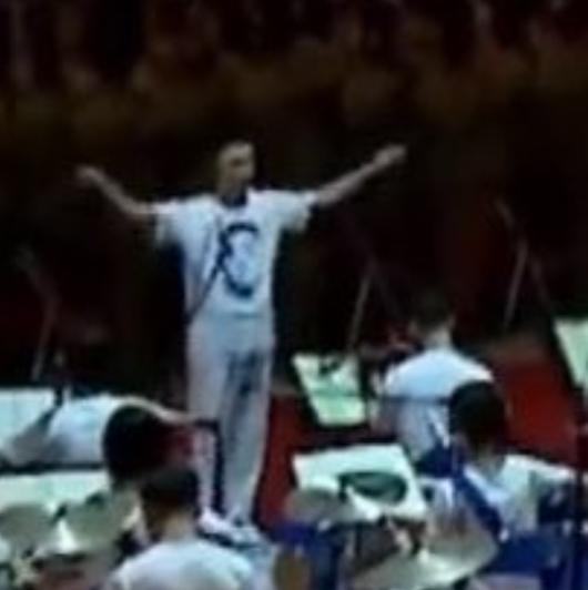 北朝鮮指揮家穿「金正恩頭像T恤」公開現身!南韓媒體:史無前例