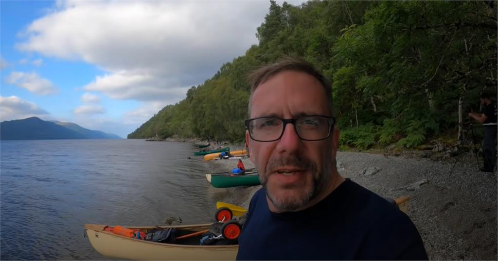 尼斯湖水怪現形?YouTuber空拍機拍下「清晰身影」游向岸邊