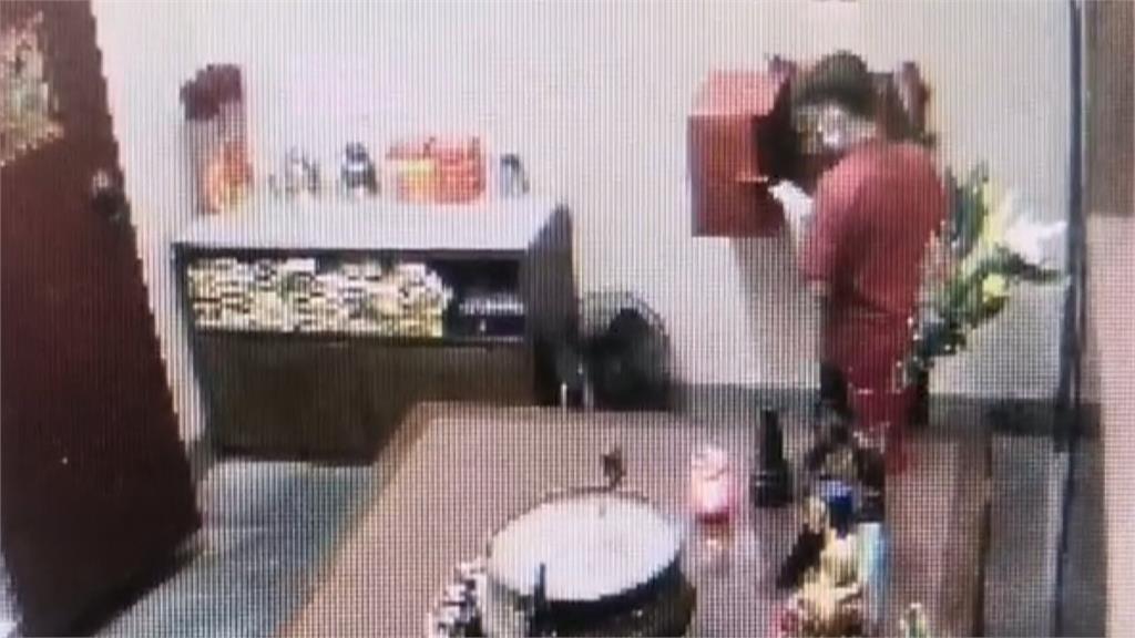 膽子好大!舉頭三尺有監視器 賊扮香客先參拜下秒偷香油錢