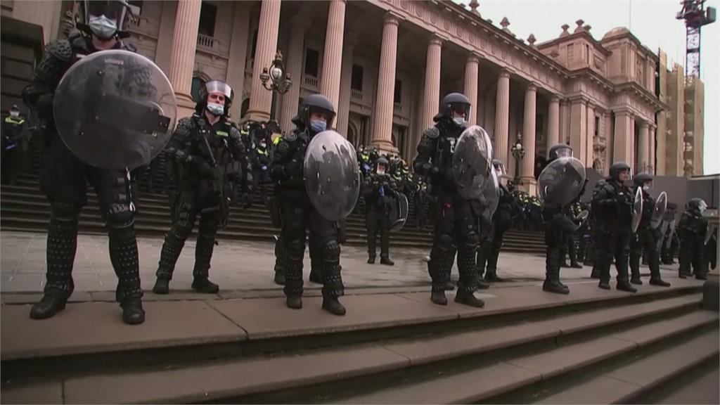 澳洲千人反疫苗! 示威者點煙火擲物遭警壓制