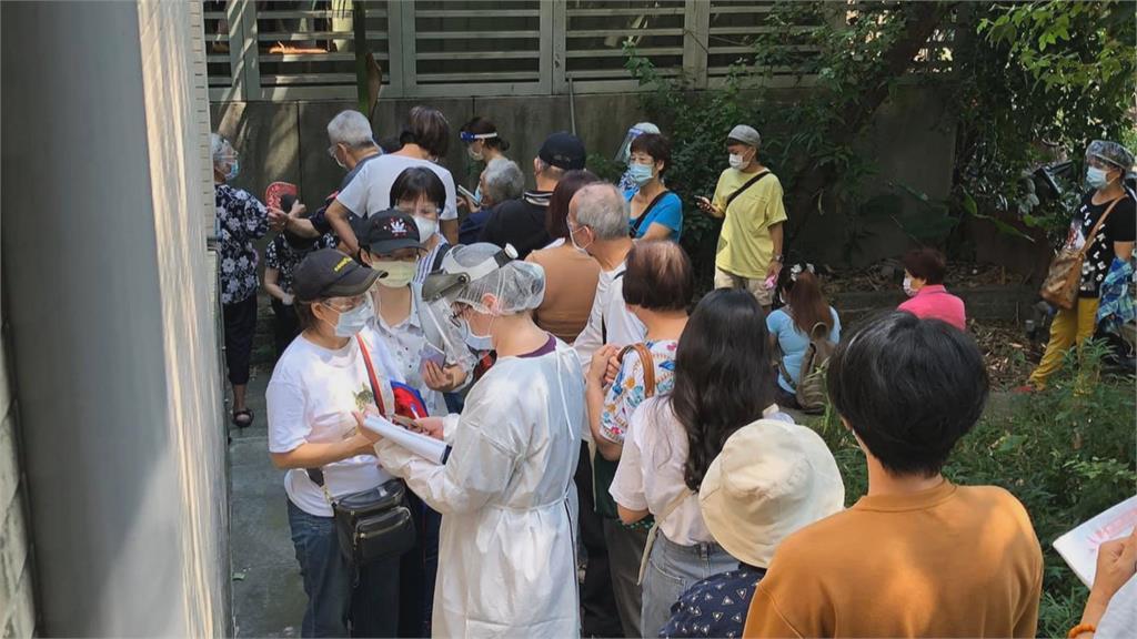 目睹百人頂烈日群聚餵蚊子 導演葉天倫痛批打疫苗亂象