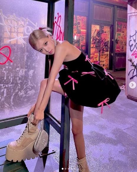 Rosé腳踩「30公分厚底靴」慶好成績!網嫌糟糕比例:鞋子也太難看