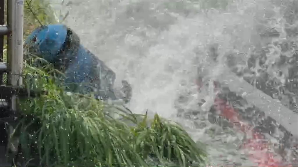 桃園龍潭曳引車A到分水閥 自來水如湧泉噴出 駕駛行經免費洗車
