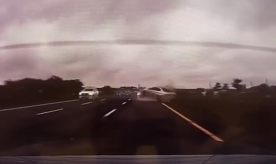 危險駕駛!26秒高速蛇行逼車畫面曝光 大轉2圈迴旋自撞超悲劇