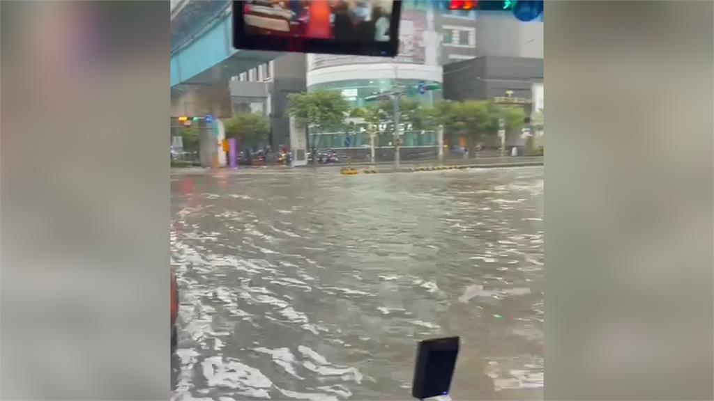 雨彈爆襲「林口變汪洋」!水淹半身開車像開船 驚人畫面曝光