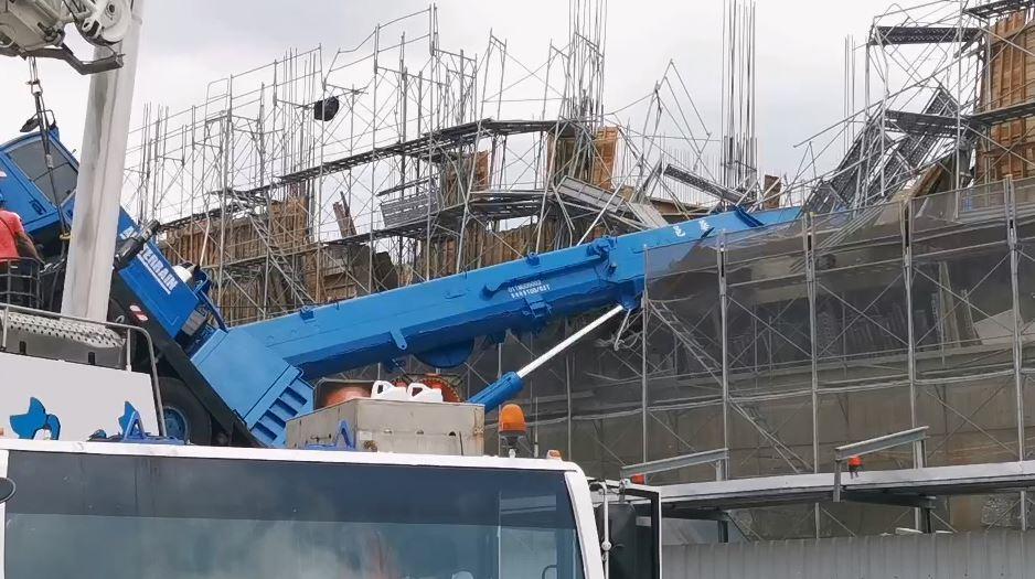 快新聞/桃園建案吊車疑吊掛東西太重傾倒 車身近垂直鷹架和模板毀損