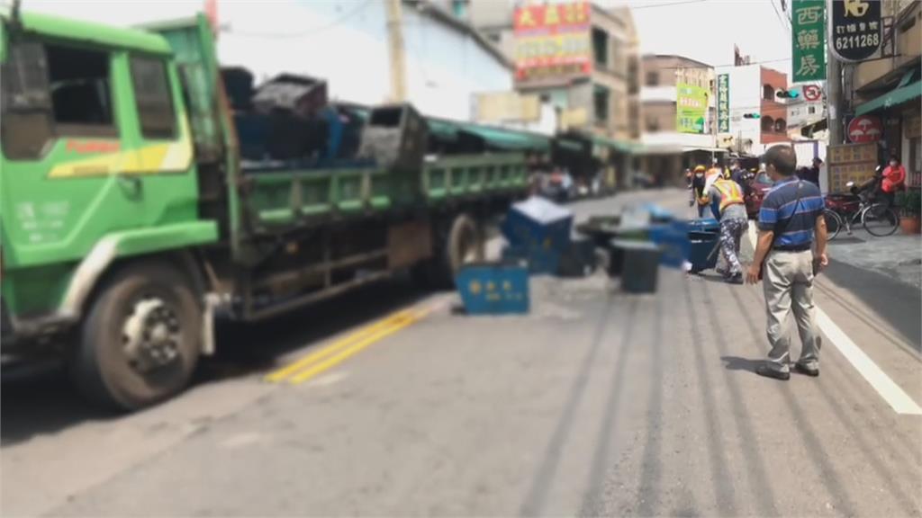 恐怖!貨車急煞螺絲桶飛落 一婦人遭撞送醫不治