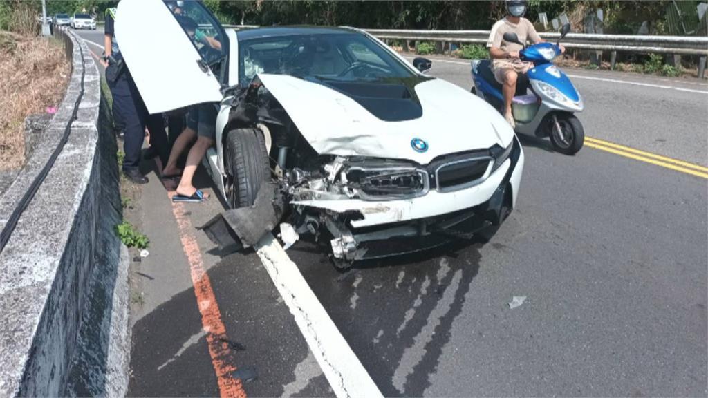 BMWi8撞機車!騎士骨折送醫 維修費用恐上百萬