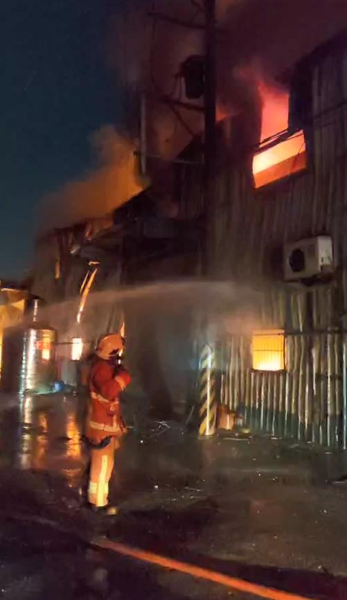快新聞/中秋夜不安寧!林口鐵皮工廠發生火警 大火延燒3廠房