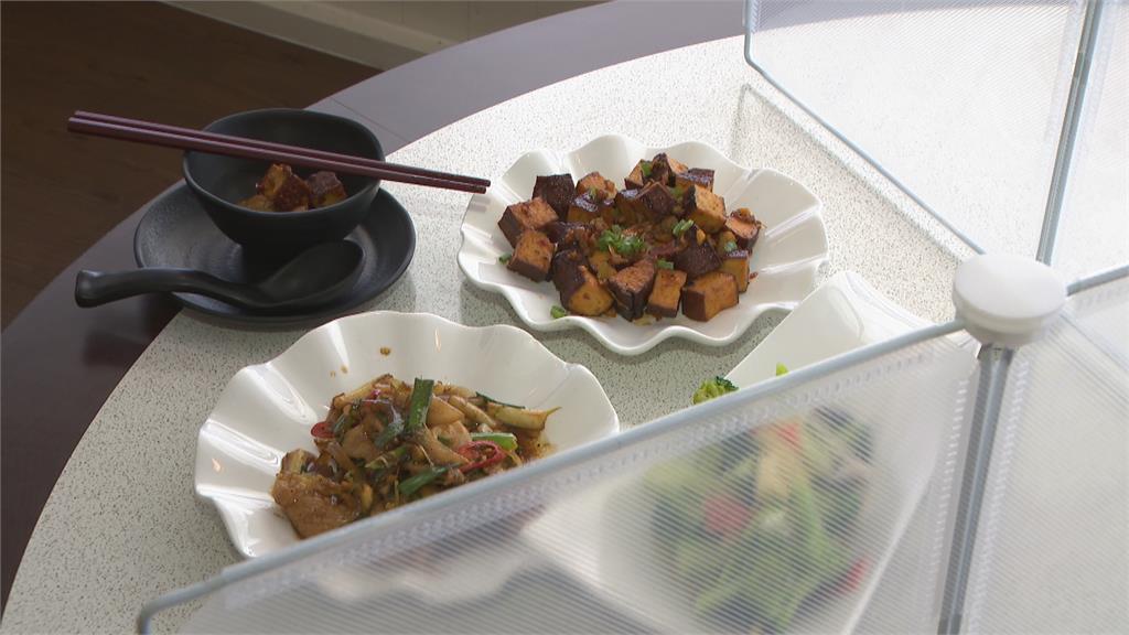 餐廳開放內用  菜色需分裝、放隔板