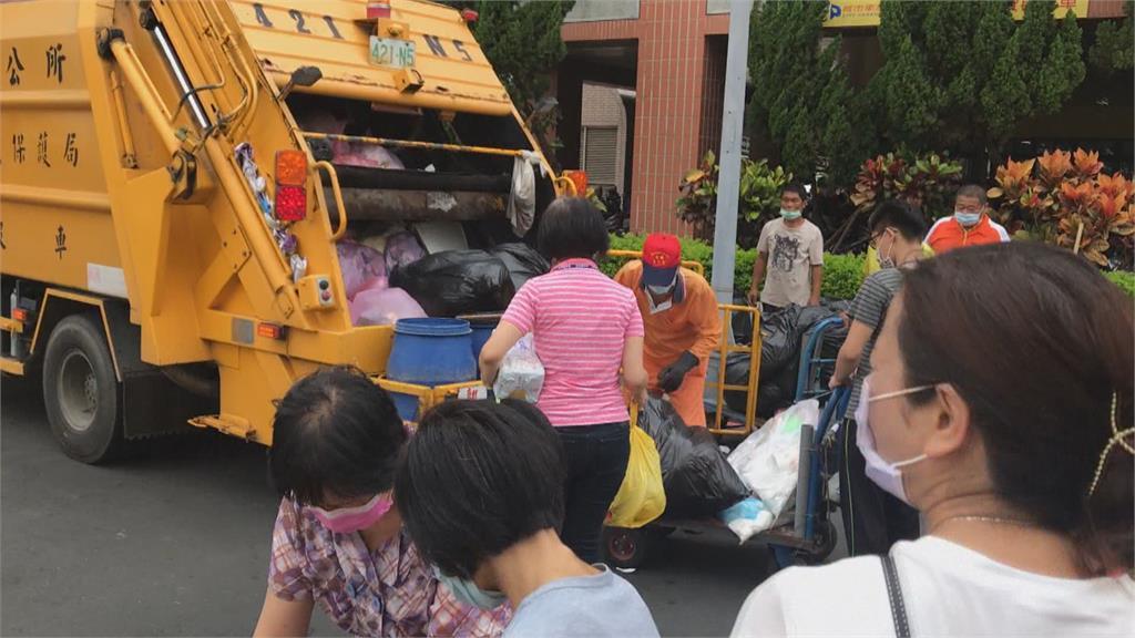 不滿垃圾車不停車? 男狂飆罵清潔人員爆口角