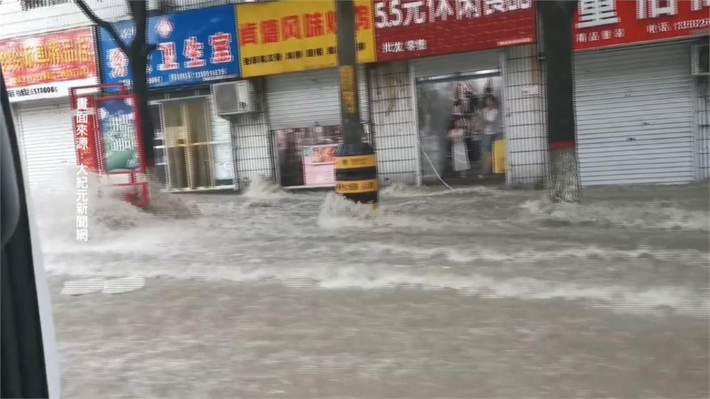 北京遭逢30年來最大暴雨 南京江北區政府禮堂變「水簾洞」