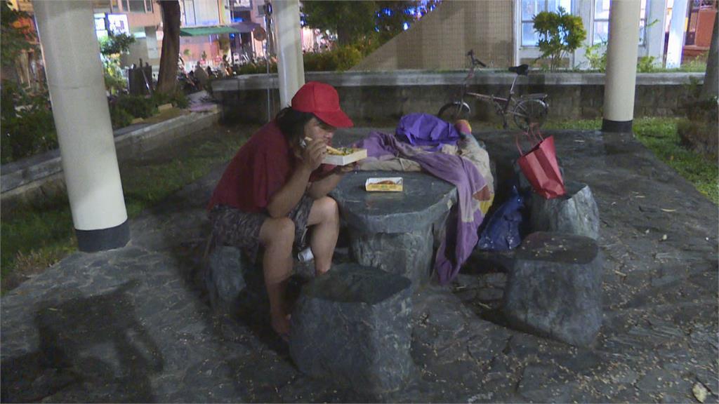 嘉市慈善團體發月餅.紅包給街友 祝中秋快樂