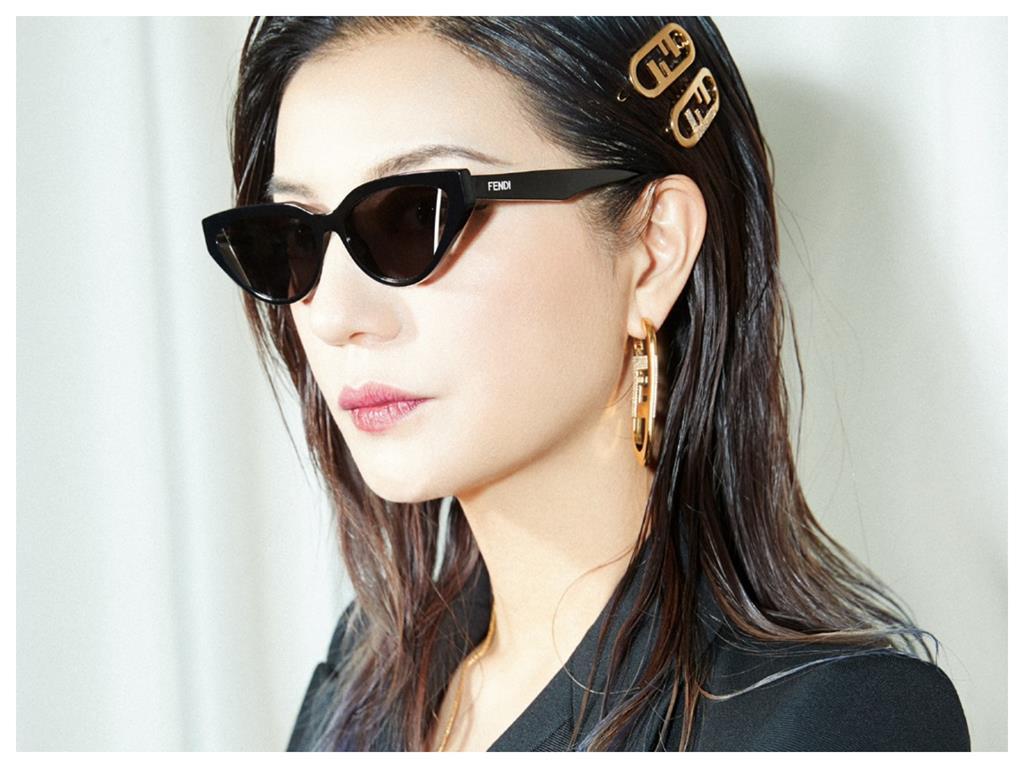 45歲趙薇「逆齡生長」西裝開到肚 女霸總氣勢網喊:演黑幫大姐!