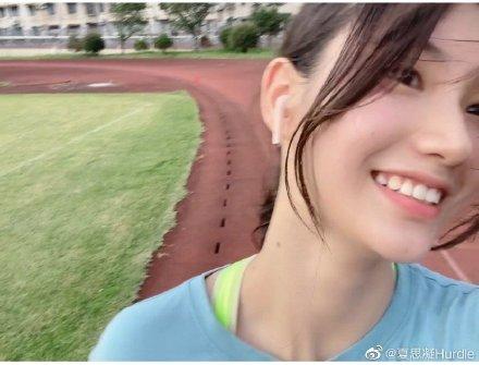激似IU 18歲「跨欄美少女」仙女顏值電暈網:心被融化了!