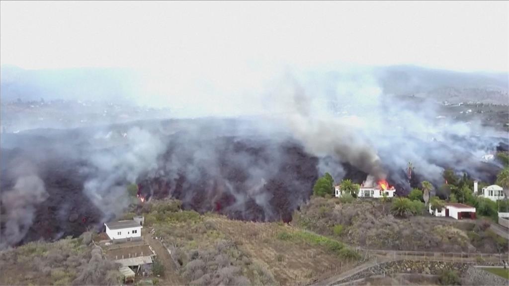 爆發畫面曝!火山熔岩毀百棟房5000人急撤 西班牙觀光部長讚:精彩的表演