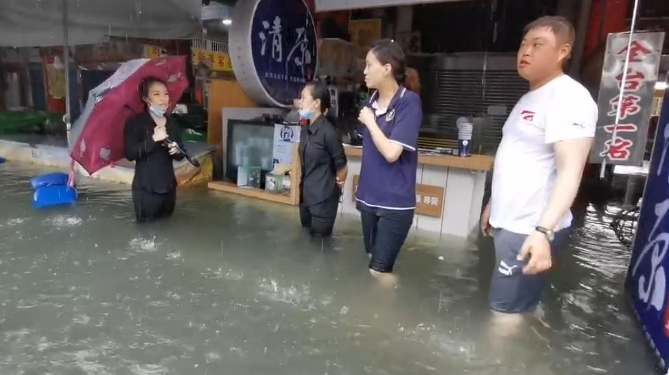 快新聞/豪雨狂炸!嘉義街道「淹出小河」 奉天宮前道路緊急封閉