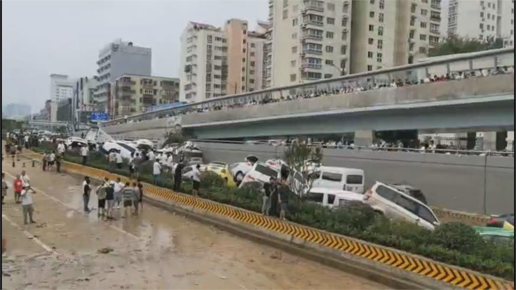 上百輛車堆成山!鄭州暴雨5分鐘灌滿隧道 一家一家都在車內逃不出