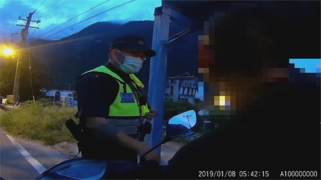 挖哩嘞! 救護車馳援 醉女持球棒 助跑後猛砸