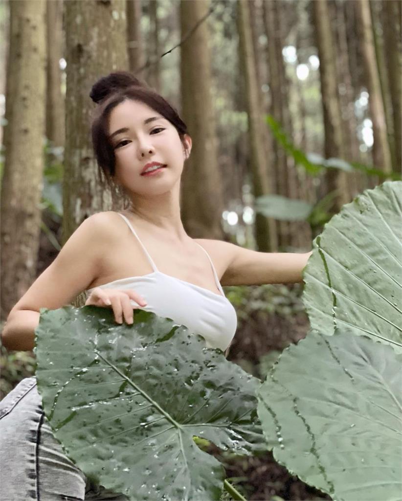 變身森林系精靈!巫苡萱寫真「邪惡視角+樹葉遮擋」2萬網友:苡戀愛