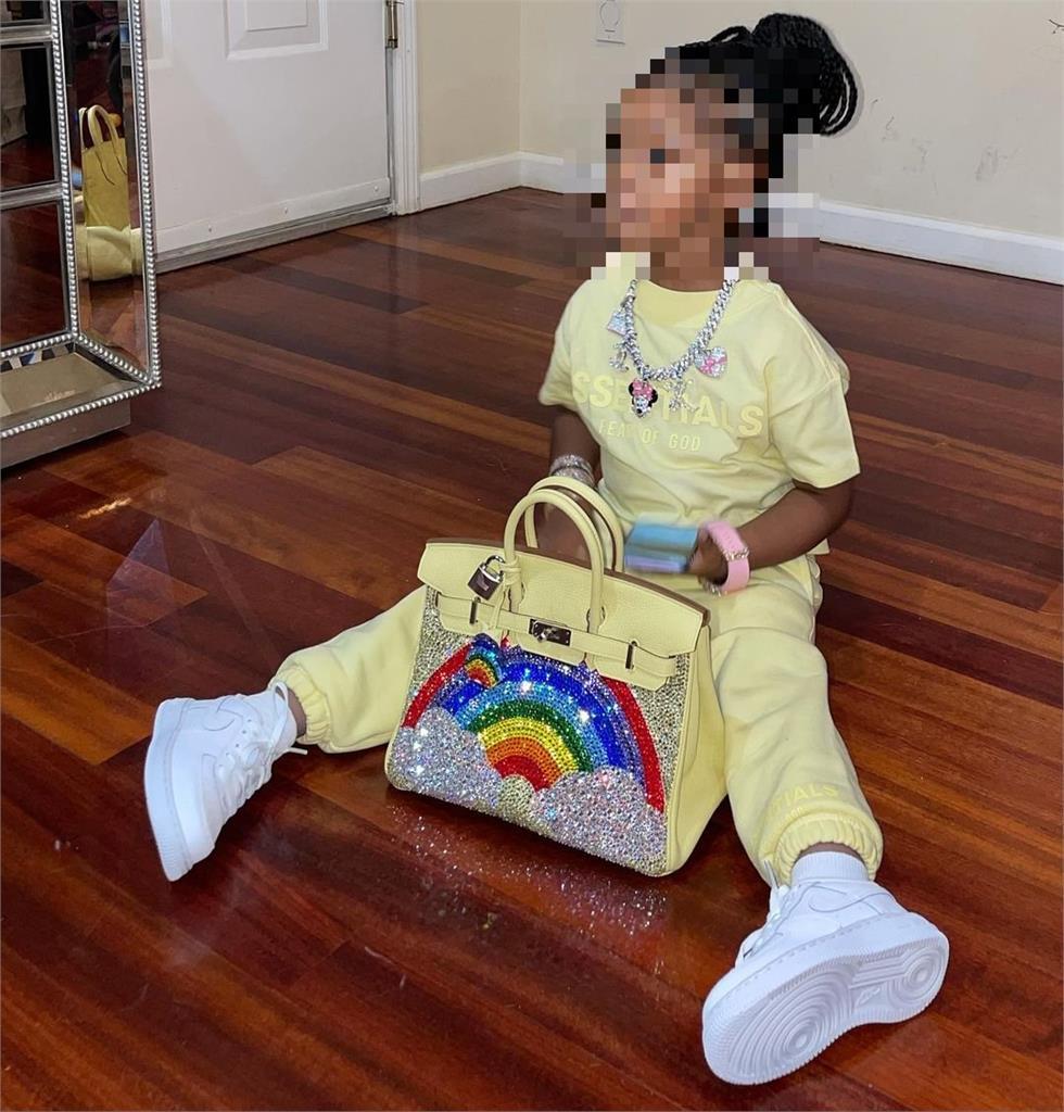 美饒舌天后砸百萬訂製柏金包!只因3歲愛女喜歡「路邊攤設計」