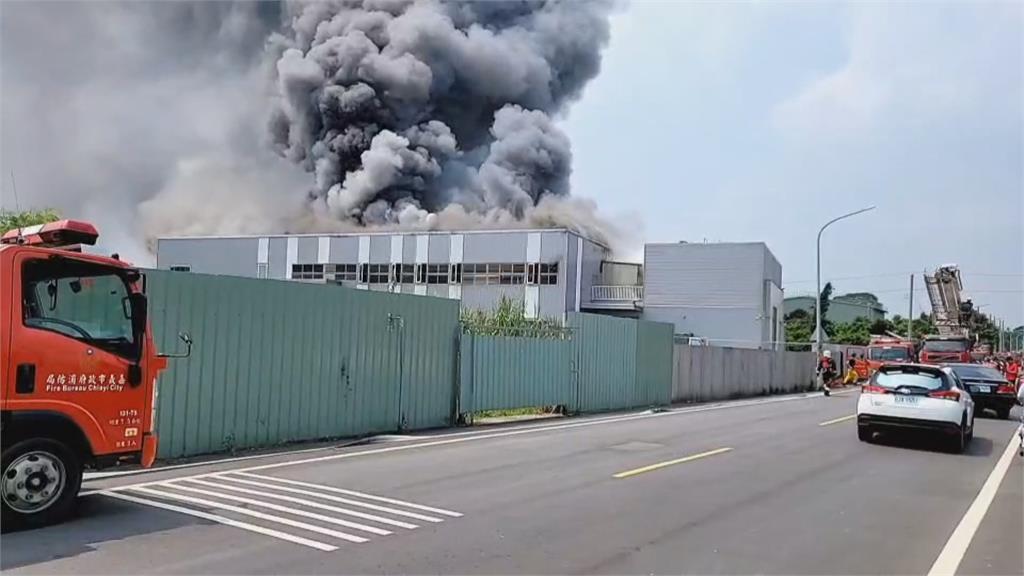 電腦公司工廠大火黑煙竄天 幸好連假無人上班