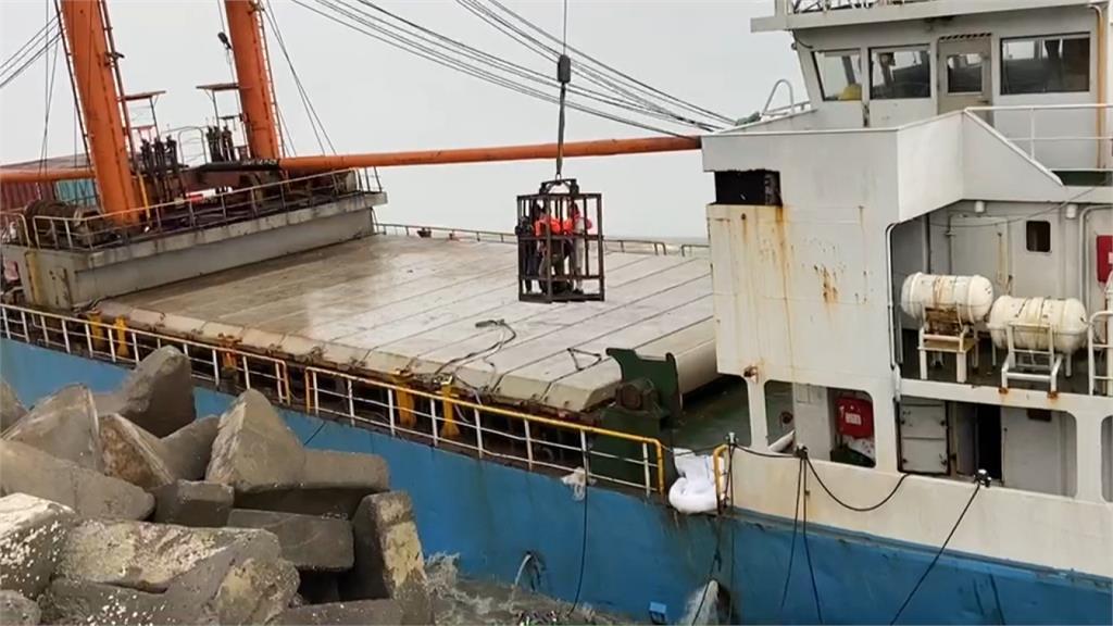 嘉義布袋港大風大浪 「山寶貳號」貨輪擱淺