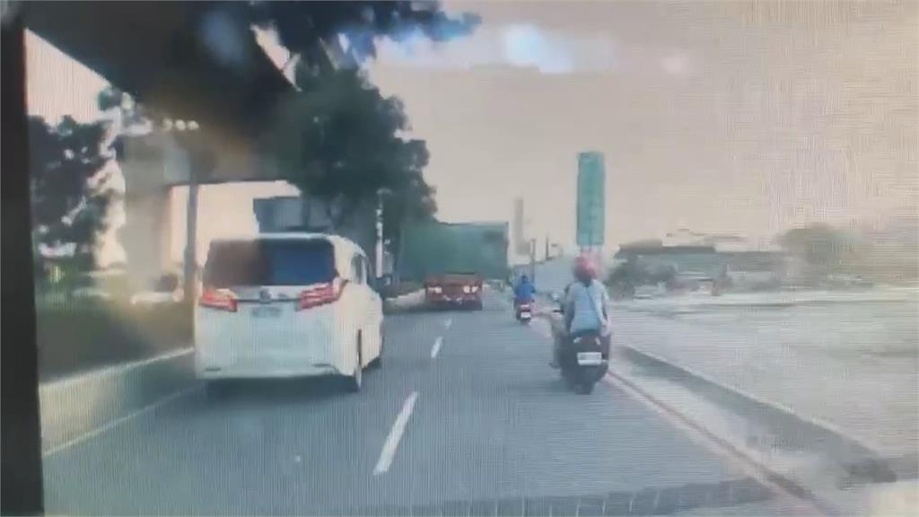 半拖車「橫載」貨櫃屋上路 霸占車道阻交通